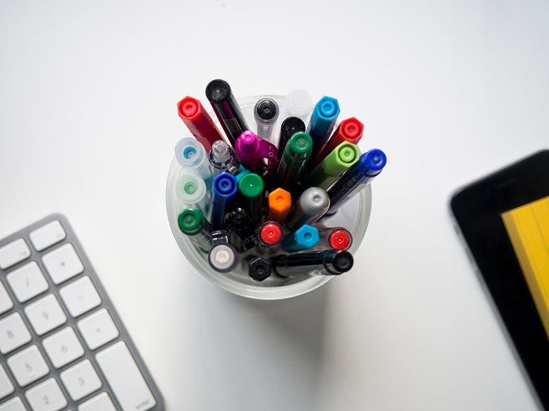 Długopisy na biurku