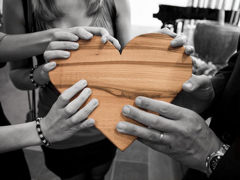 Ludzkie dłonie trzymające serce